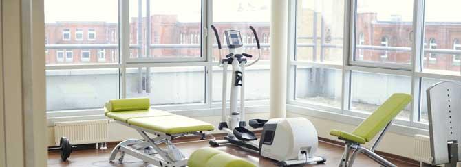 Therapie- und Fitness-Geräte im großen und hellen Trainingsbereich