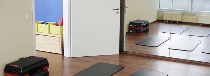 Kursbereich mit Bodenmatten und Steps