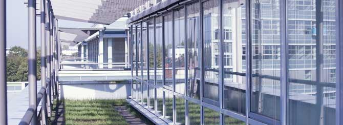 Im 5. Obergeschoss liegen unsere Räume in einem modernen Glasbau mit viel Sonnenlicht-Einfall